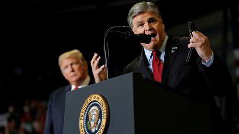 Sean Hannity får refs av arbeidsgiveren Fox News etter å ha snakket ned sine kollegaer på et av president Donald Trumps folkemøter i Cape Girardeau, Missouri mandag.