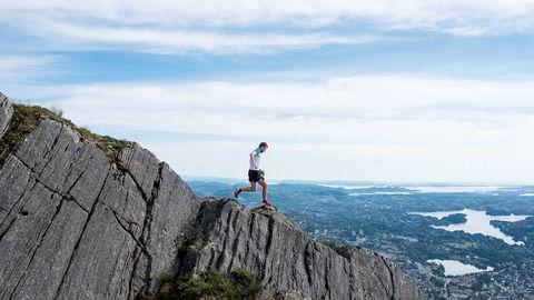 I fjellene som omgir Bergen har Stian Angermund-Vik jobbet med utforløpingen for å kunne henge med i eliten i skyrunning, eller fjelløping på norsk. Foto: Skjalg Bøhmer Vold