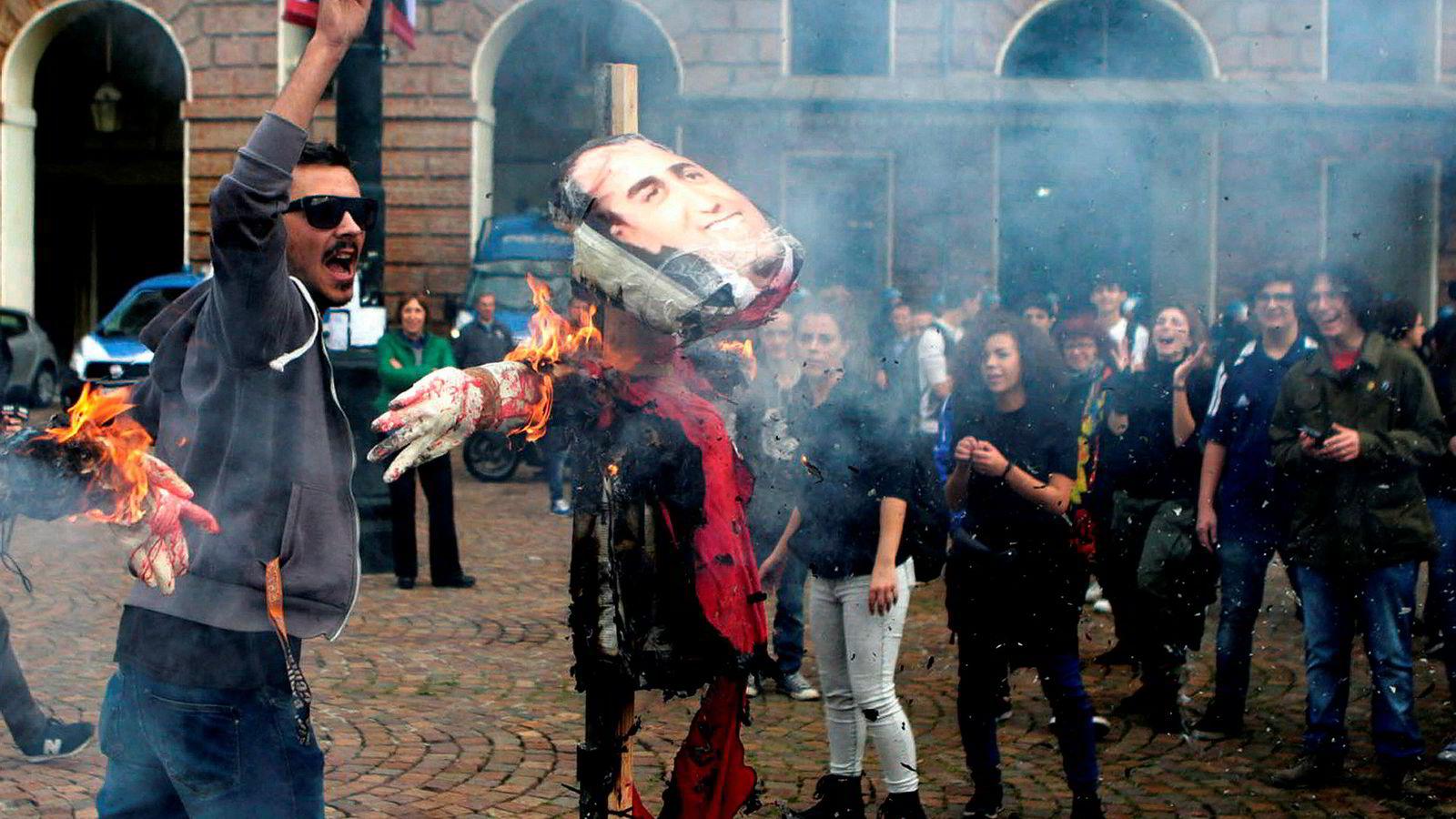 Italias statsgjeld er farlig og det italienske rentenivået har blåst ut. Her demonstreres det mot regjeringen i Torino fredag.