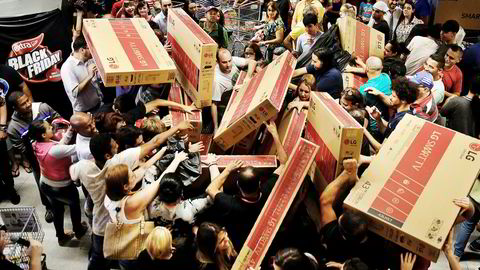 Årets Black Friday-salg ventes å slå nye rekorder. Det spørs imidlertid om norske konsumenter vil være like hissige på å få tak i en ny tv som disse brasilianerne i São Paulo.