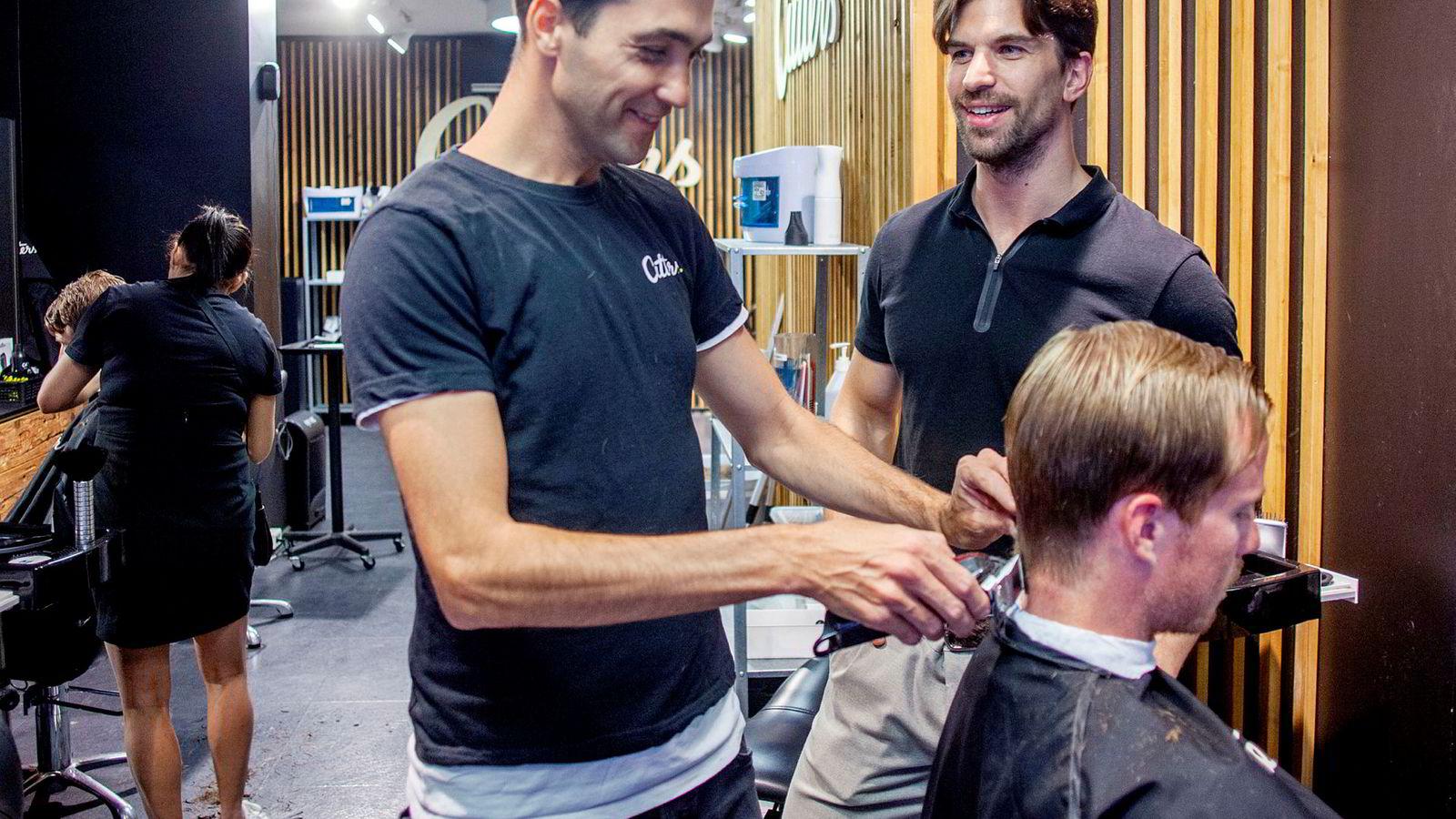 Cutters-modellen er tuftet på effektivitet, og tilbyr kundene en streit hårklipp til en billig penge. Her er frisør Igor Fehirov, kunde Andreas Osnes og gründer Kristian Solheim ved en salong i Bogstadveien.