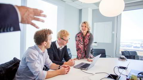 Hos DNB er Benedicte Schilbred Fasmer, leder for bedriftsmarked, snart klar til å lansere et nytt regnskapssystem inne i nettbanken. Her med gründerne Christoffer H. Isaksen (fra venstre) og Erik Axel Nielsen i Luca Labs.
