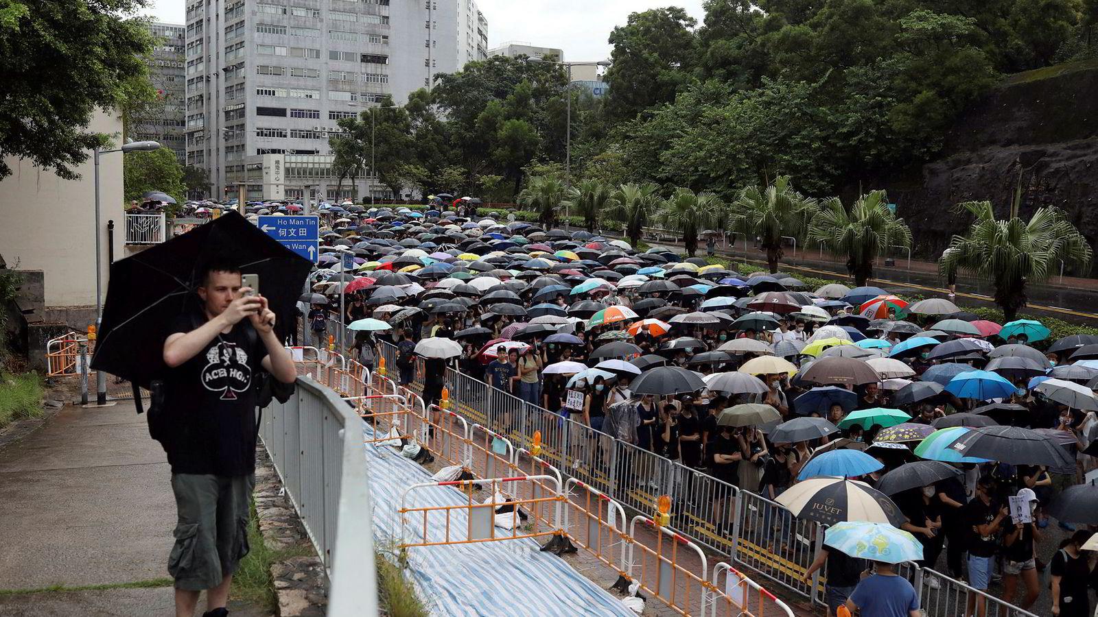 Hongkong er vant med kraftig regn og tropiske sykloner. 1,7 millioner mennesker trosset regn på søndag og tok til gatene for å demonstrere mot hva de mener er for mye kinesisk innflytelse i den delvis selvstyrte byen.