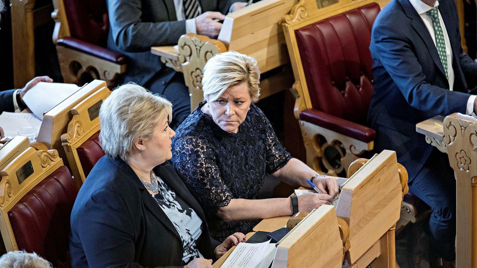 I dag har vi en regjering der begge de to store partiene, her representert ved Høyre-leder Erna Solberg (til venstre) og Frp-leder Siv Jensen, i prinsippet ønsker hele fylkeskommunen dit pepperen gror.