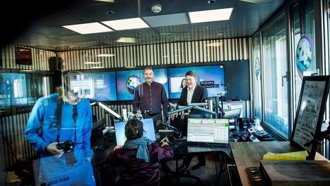 P4s digitalsjef Rune Hafskjær (bak til venstre) i P4s radiostudio i Oslo, sammen med radiosjef Kenneth Andresen. I løpet av 2019 åpner de børs for kjøp og salg av reklame på nettradio og podkaster i Norge.