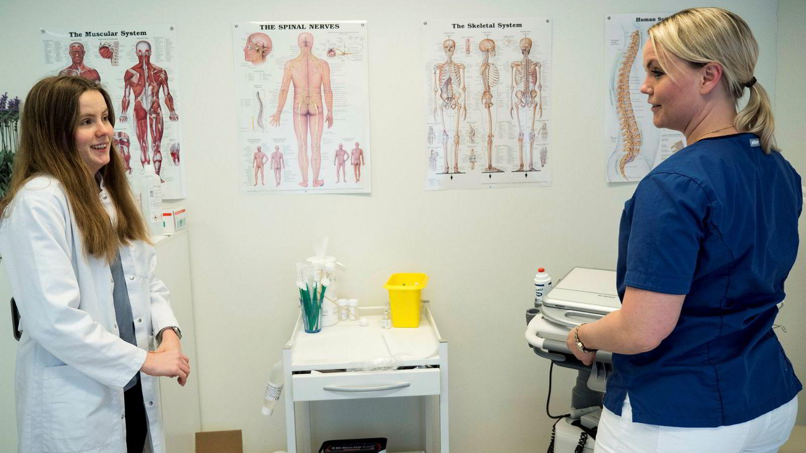 Legestudent Iselin Ødegård var blant dem som fastlege Nina Irene Wiggen tok med seg inn i pasientkonsultasjoner onsdag.