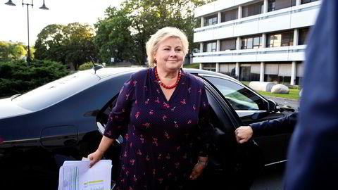 Statsminister Erna Solberg og resten av regjeringen bruker ofte de karakteristiske sorte statsrådsbilene. i biltjenesten. Her ankommer hun NRK-bygget på Marienlyst.
