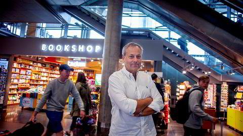 At Tanum har monopol på å selge bøker på Gardermoen, synes Juritzen er ekstra ille ettersom Egeland-familiens aktivitetsbok er en bok for familier på reise. Her utenfor Tanum ved ankomsthallen på Gardermoen.