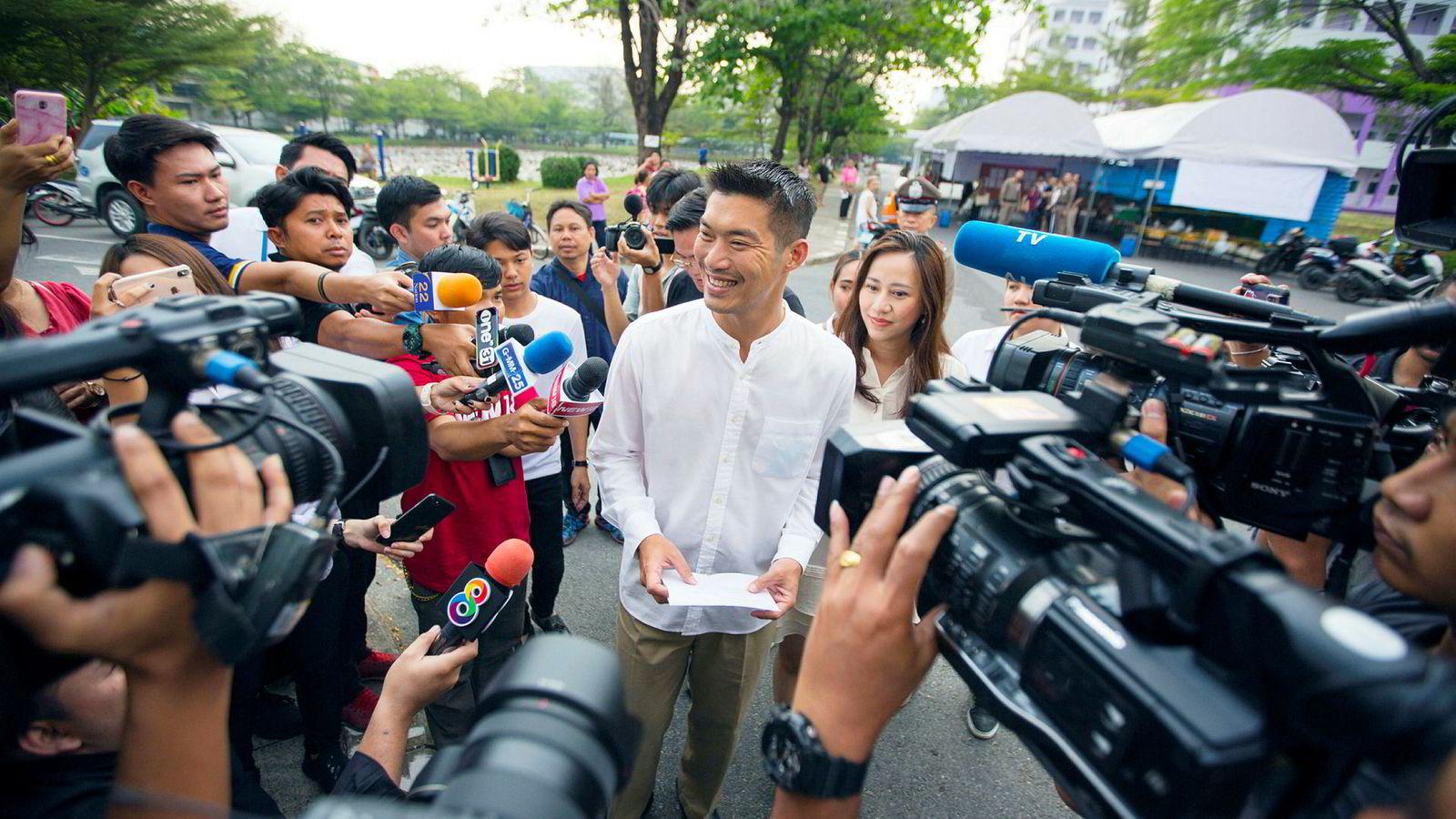 Future Forward Party-grunnlegger Thanathorn Juangroongruangkit forsøker å komme til topps i thailandsk politikk. Her ankommer han et valglokale i Bangkok sammen med sin kone, Rawiphan Daengthongdi.