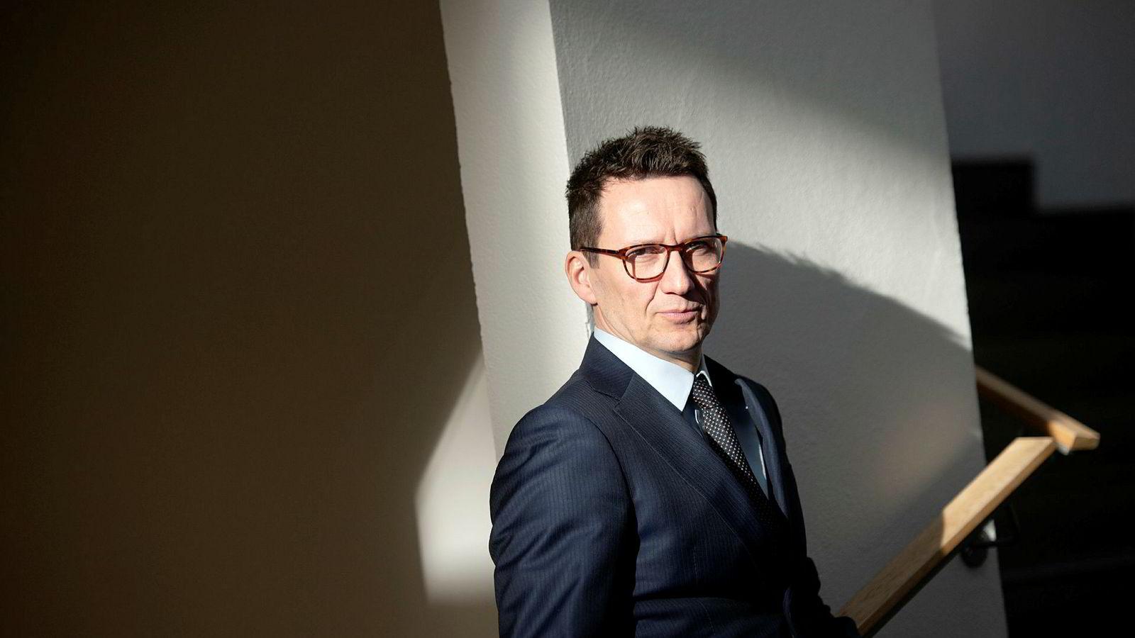 Jusprofessor Morten Kinander får ikke helt tak på hvorfor styret ved Oslo Børs så sterkt har stilt seg bak det laveste budet på Oslo Børs.