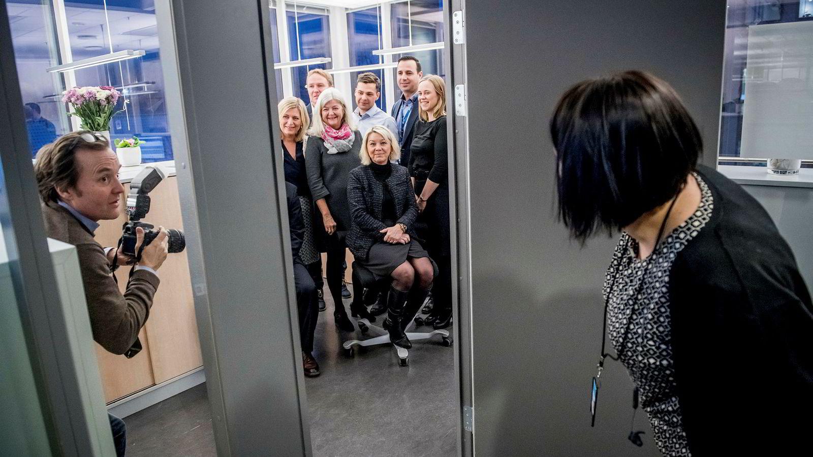Kommunal- og moderniseringsminister Monica Mæland besøkte statens innkjøpingssentral for å høre om tresifrede millioninnsparinger ved å samle statens innkjøp i storkontrakter. Foran til høyre: Sol Daler Stafsnes, kommunikasjonsrådgiver i Difi.