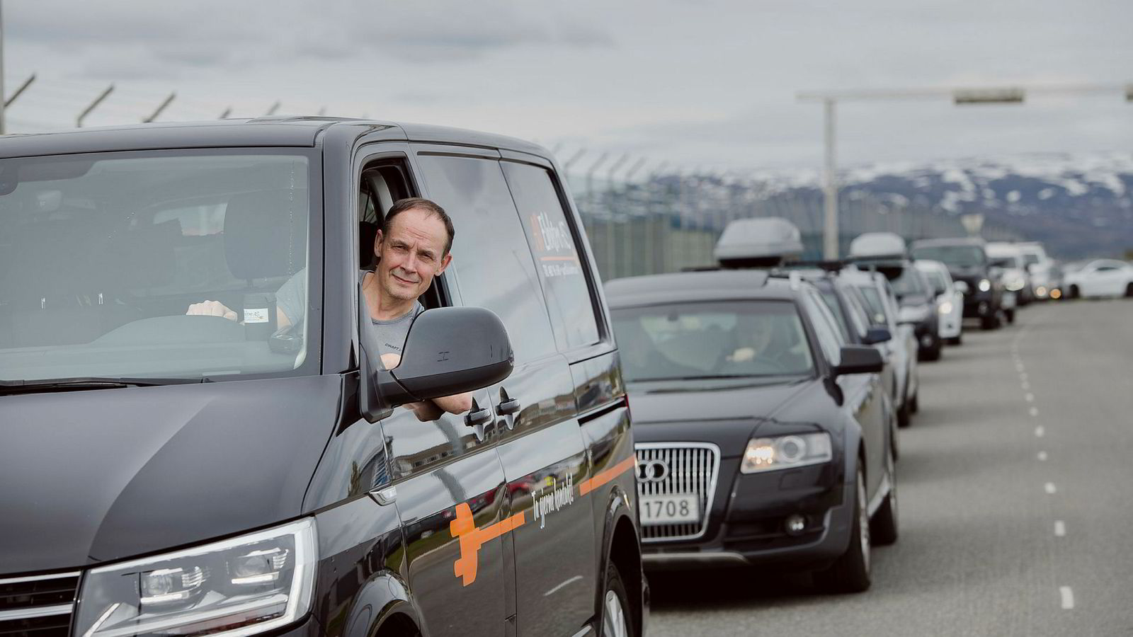 Elektriker Jon-Geir Iversen sier hans montører taper 100.000 kroner per år på å stå i bilkø, og ber om bompenger for å bygge bedre veinett i Tromsø.