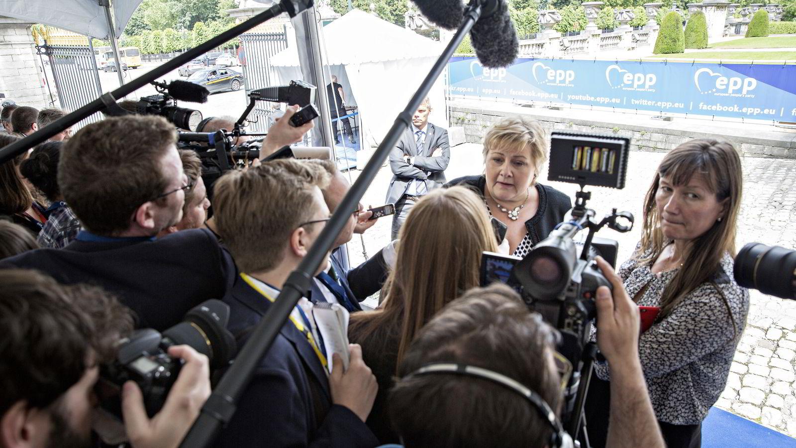 Majoriteten av nordmenn følger relativt godt med på nyheter om politikk, økonomi eller samfunnsforhold. Statsminister Erna Solberg deltok i møtet til European People's Party (EPP) i Brussel i Belgia i slutten av juni. Foto: Aleksander Nordahl