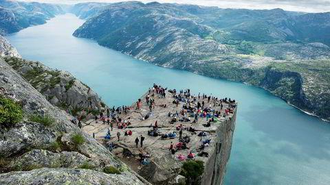 I en rapport tas det til orde for å skille ut reiselivsdivisjonen Visit Norway i et eget selskap. Her turister på Prekestolen.