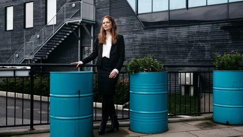 Evy Glørstad-Clark er letesjef i Aker BP. Her står hun blant gamle tønner i Stavanger, riktignok fylt med grønnere innhold enn den sorten hun har i jobb å lete etter.