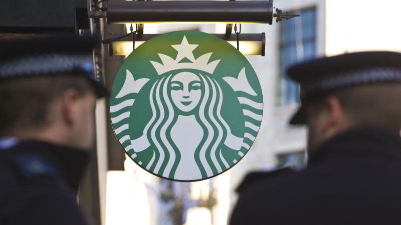 BLEKKNEKT: Tatovering er forbudt hos kaffekjeden Starbucks.