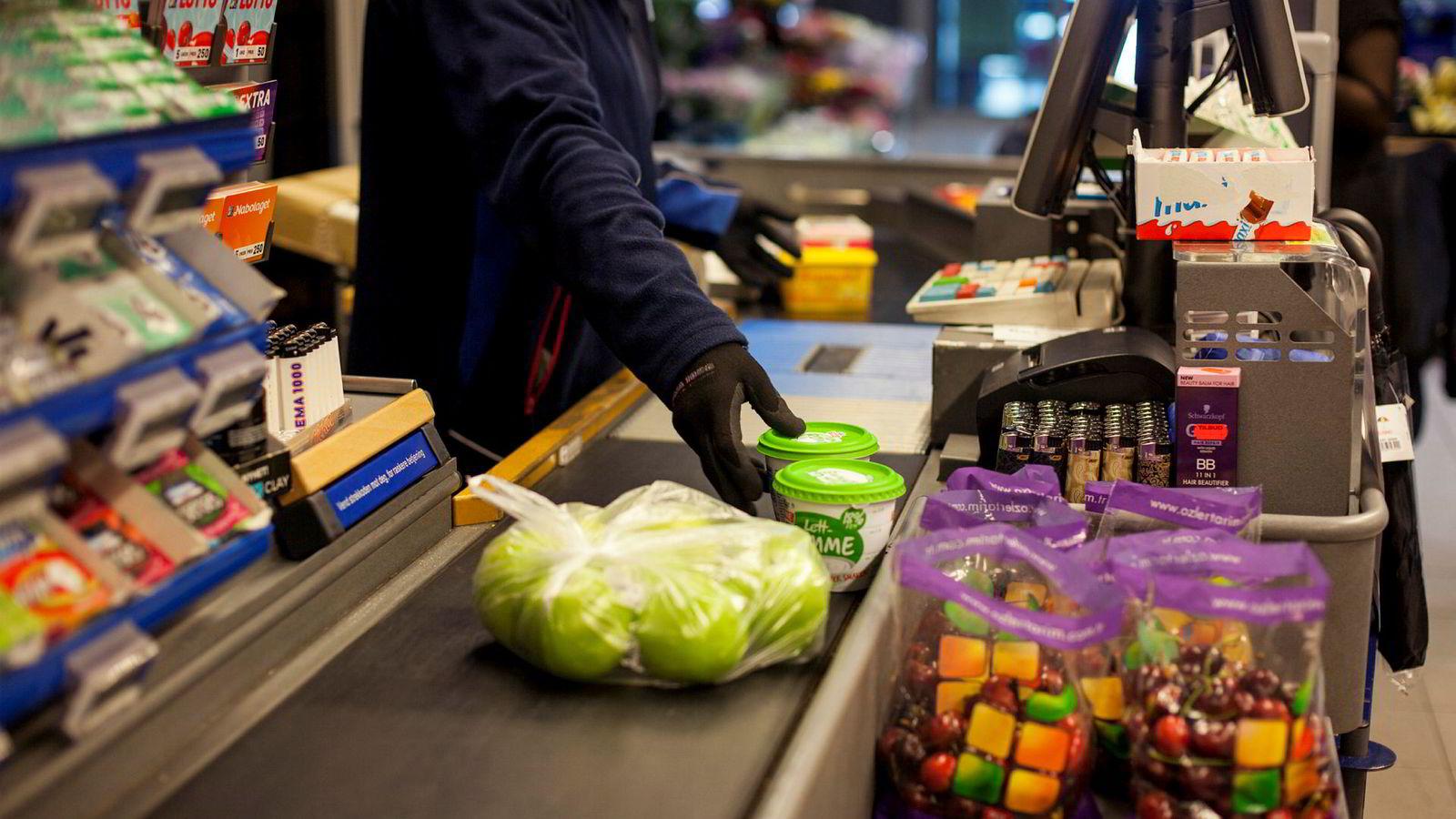 Økte priser på mat bidro til månedsveksten i konsumprisindeksen.