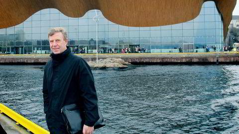 Styreleder Stein Hannevik i Sparebanken Sør foran teater- og konserthuset Kilden som blant andre huser Kristiansand Symfoniorkester.