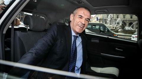 Carlo Cottarelli setter seg i en taxi for å dra til presidentpalasset Quirinalet mandag. Der fikk han oppdraget med å danne en ny fungerende regjering av president Sergio Mattarella.