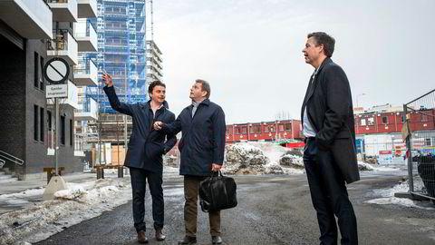 På tomten til tidligere Tiedemanns Tobaksfabrik på Ensjø i Oslo ble det laget tobakk i ti år etter at virksomheten ble solgt ut av landet – frem til 2008. Senere har Ferd bygget hundrevis av boliger med stor gevinst. Fra venstre: Konsernsjef Morten Borge, direktør Carl Brynjulfsen i Ferd Eiendom og investeringsdirektør Tom Erik Myrland i Ferd.