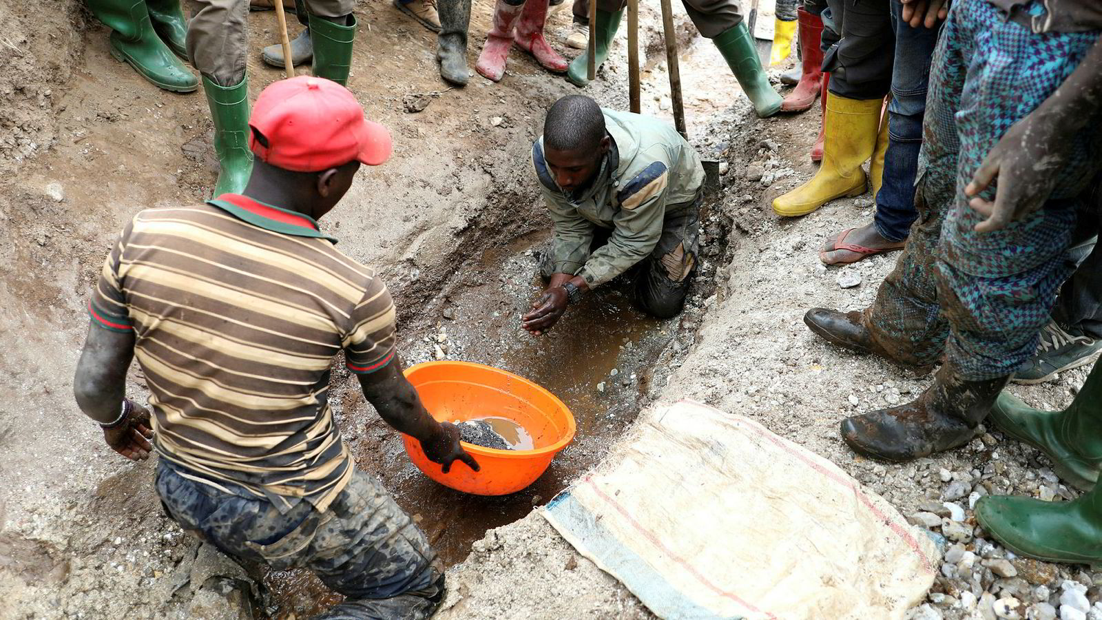 Våre nye dingser trenger mineraler fra blant annet i Kongo. Betydelige verdier fører til brutale gruvekonflikter og det er kvinner og barn som betaler den største prislappen, skriver artikkelforfatteren. Her henter gruvearbeidere ut coltan i Birambo, Masisi i Kongo 1. desember 2018.
