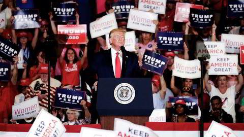 For første gang støtter nå under halvparten av amerikanerne presidentens økonomiske politikk, på tross av at Trump stadig oftere tvitrer om hvor bra økonomien går. Her fra en kampanje i Fayetteville, N.C. tidligere denne uken.