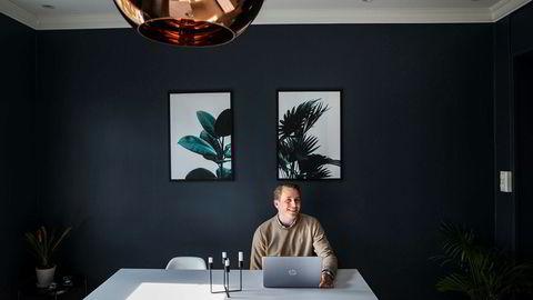 Snorre Birkeland jobber svært aktivt for å få ned renten på boliglånet. – Jeg synes det er gøy, sier han.