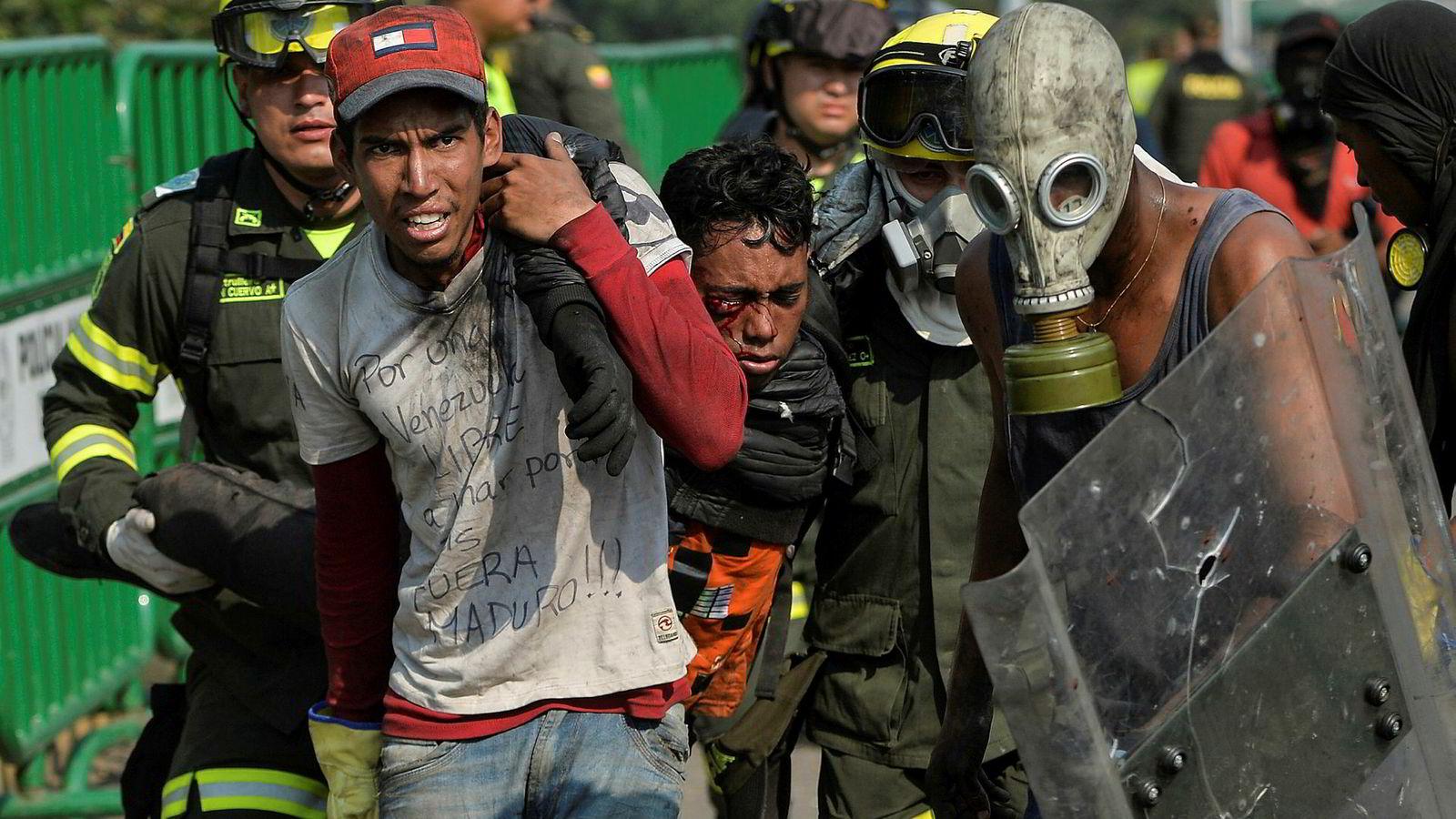 Der mandatet mangler, men katastrofen er et faktum, vil i alle fall jeg mene at man skal intervenere. Dette gjelder også der folket lider i den grad vi ser i Venezuela. Men der en stat legges under press av stormakter uten at det er slike motiver, er innblandingen uakseptabel.
