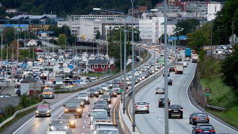 Kapasiteten på E18 vil bli utvidet med 1,5 kilometer i form av et vekslingsfelt i tillegg til to vanlige bilfelt, et bussfelt og en egen sykkelvei. Foto: Terje Bendiksby/