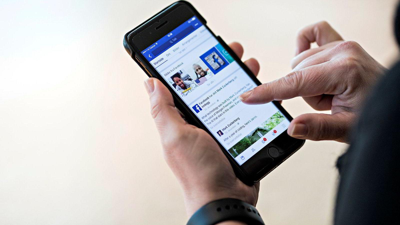 Noen ledere velger å dele mest jobbrelatert informasjon med sine medarbeidere på Facebook, og bruker Facebook som et verktøy i sin lederrolle. Andre ledere deler mest personlig informasjon om familie og fritidsaktiviteter.