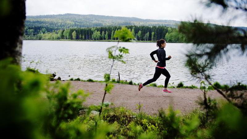 Å trene ute gir større helsegevinst enn å trene inne, fastslår forskere. Illustrasjonsfoto: Fartein Rudjord