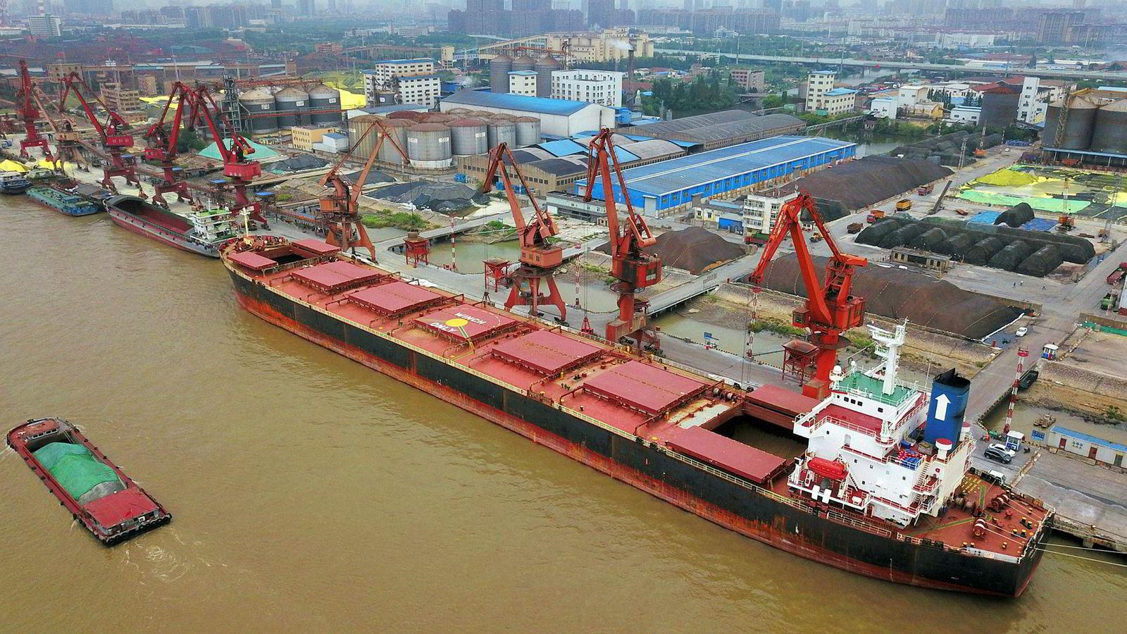 Kina vil importere inntil en million tonn soyabønner fra USA i september. Her losses soyabønner fra Brasil i havnen i Nantong i Kina.