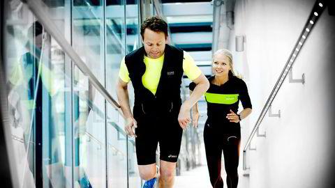 Lars Thorrud og Hedvig Bang prøver trappene i det 14.etasjers DNB-bygget i barcoden i Bjørvika.    Foto Mikaela Berg