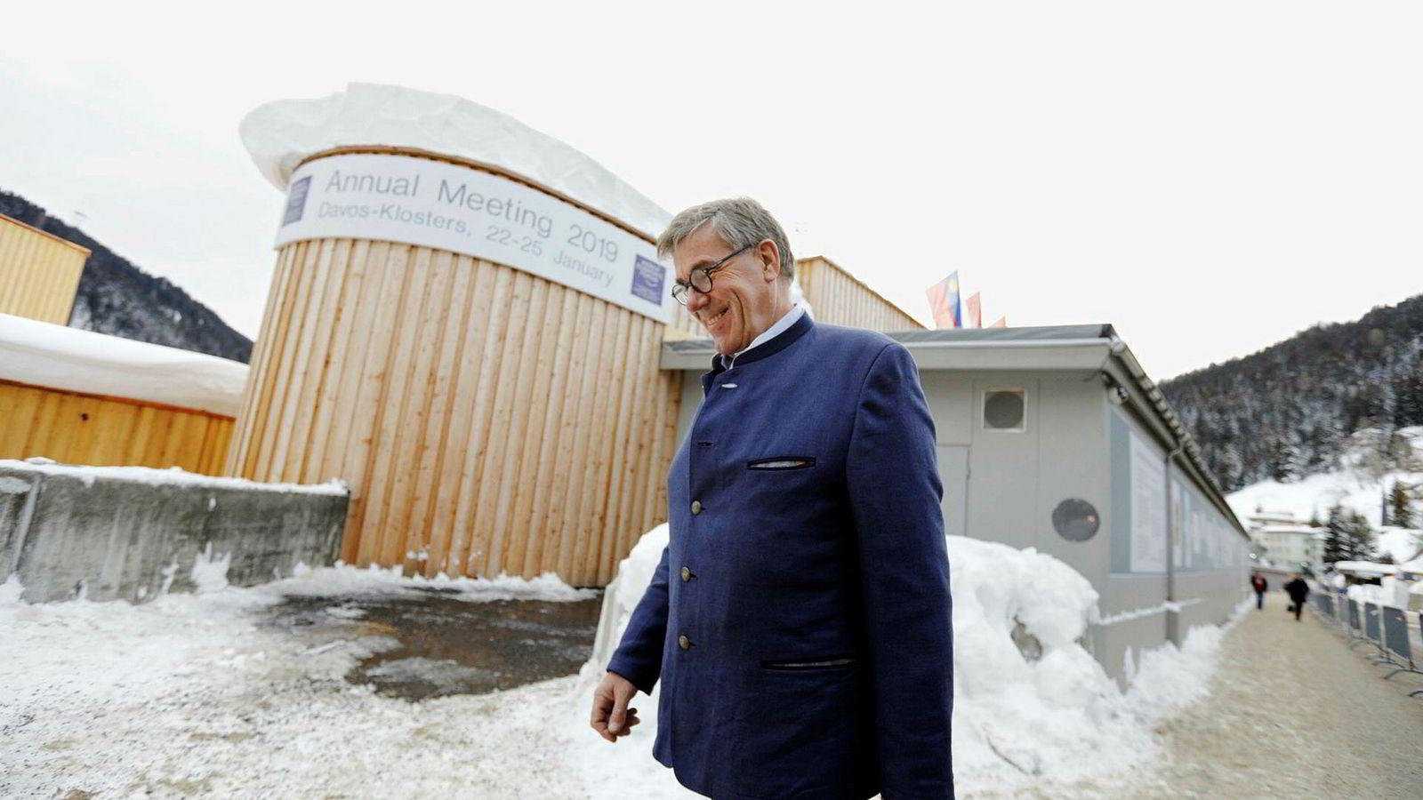 Stein Erik Hagen er på World Economic Forum i Davos for å delta i en rekke lukkede møter, blant annet med andre store familieselskaper og med andre styreledere. Hans to døtre Camilla Hagen Sørlie og Caroline Hagen Kjos er også til stede, med formelle oppgaver under arrangementet.