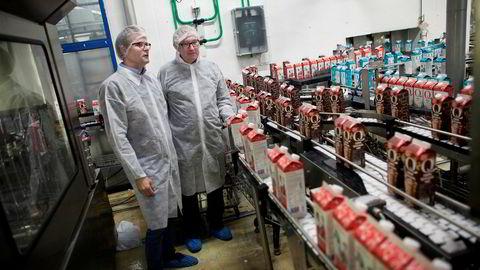 Q-Meieriene ønsker å ta hånd om det kommende melkeoverskuddet ved en gigantutvidelse av dette meieriet på Klepp på Jæren.Her er styreleder Karl Johan Ingvaldsen sammen med Q-sjef Bernt Myrdahl.