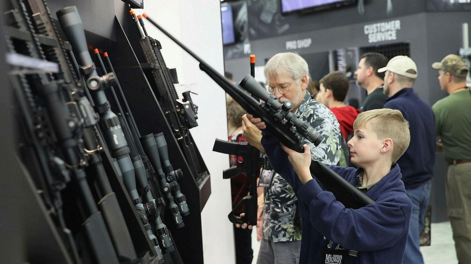 Den amerikanske våpenlobbyen National Rifle Association (NRA) avviser strengere våpenlover.