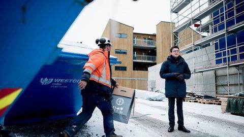 – Her bygger vi 50 leiligheter. De er ikke lagt ut for salg ennå, sier ordfører Ole Ueland (H) på byggeplassen i Sola. Foto: Tommy Ellingsen