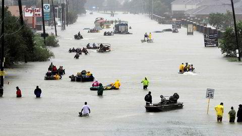 Redningsbåter har inntatt gatene i Houston og evakuerer fortvilte innbyggere. Regnet høljet tirsdag ned på tredje dagen, og vannet fortsatte å stige.
