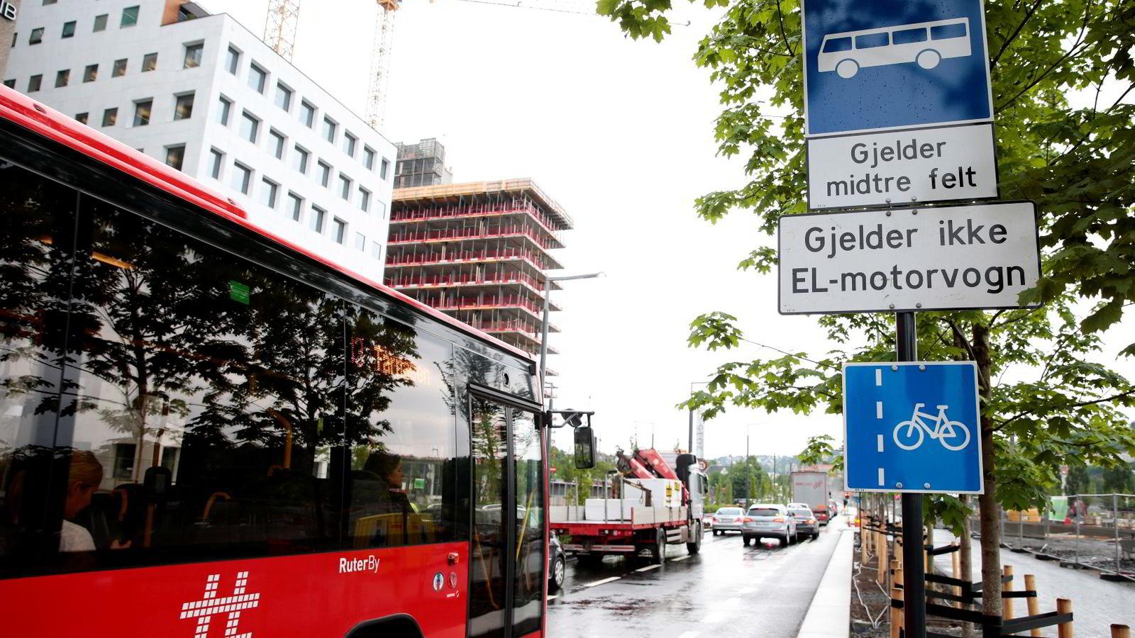 TRAFIKK: Kollektivfeltet i Dronning Eufemias gate i Oslo blir et av de første kollektivfeltene i Norge der det ikke er tillat å kjøre med EL-bil. Foto: Håkon Mosvold Larsen /