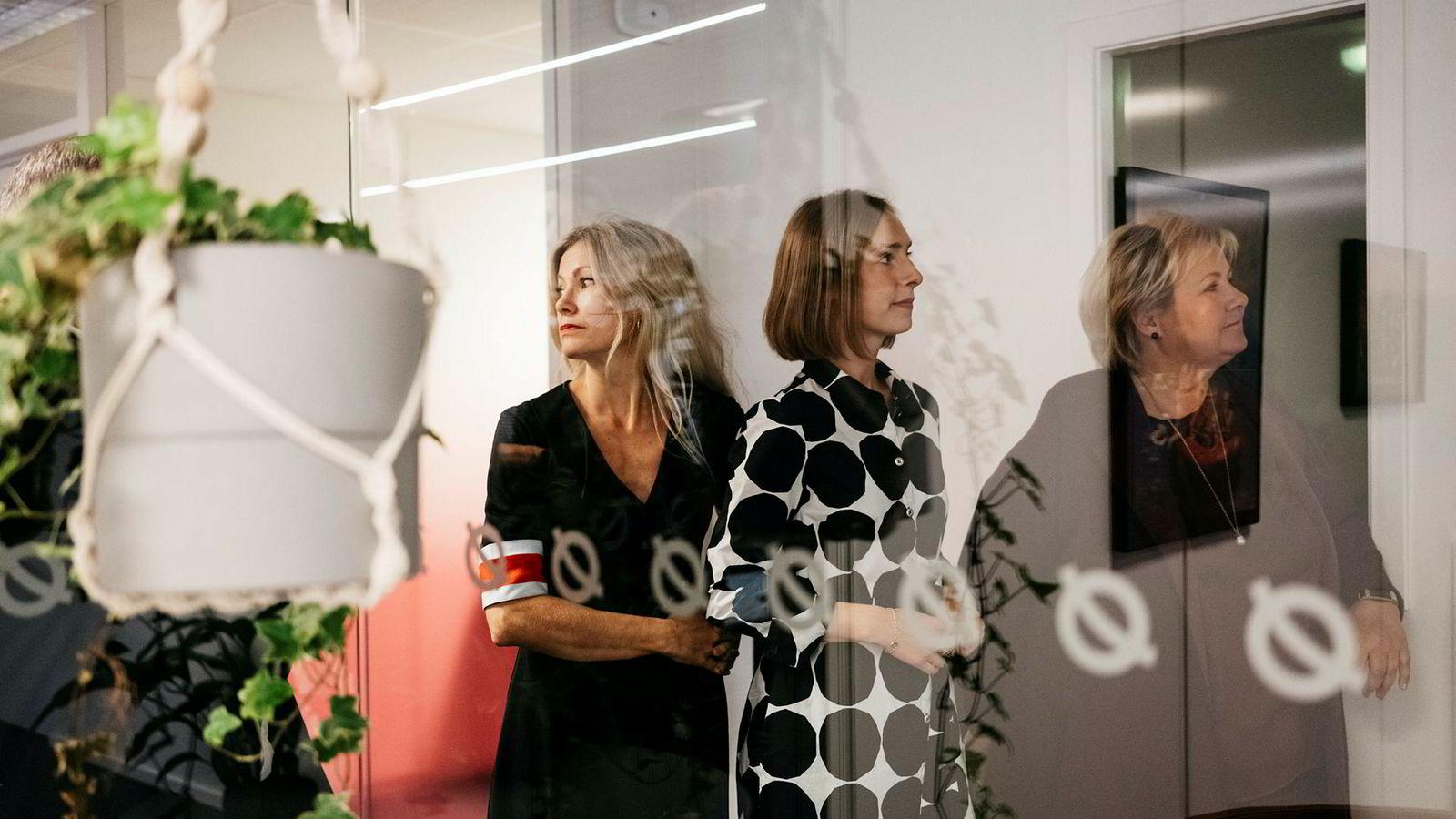 Erna Solberg (til høyre) nektet å utføre et klimabrøl foran journalistene da hun besøkte Stavanger fredag, men hun lovet 700 millioner nye kroner til Nysnø-sjef Siri Kalvig (til venstre). Forsknings- og høyere utdanningsminister Iselin Nybø feiret Venstre-seieren.
