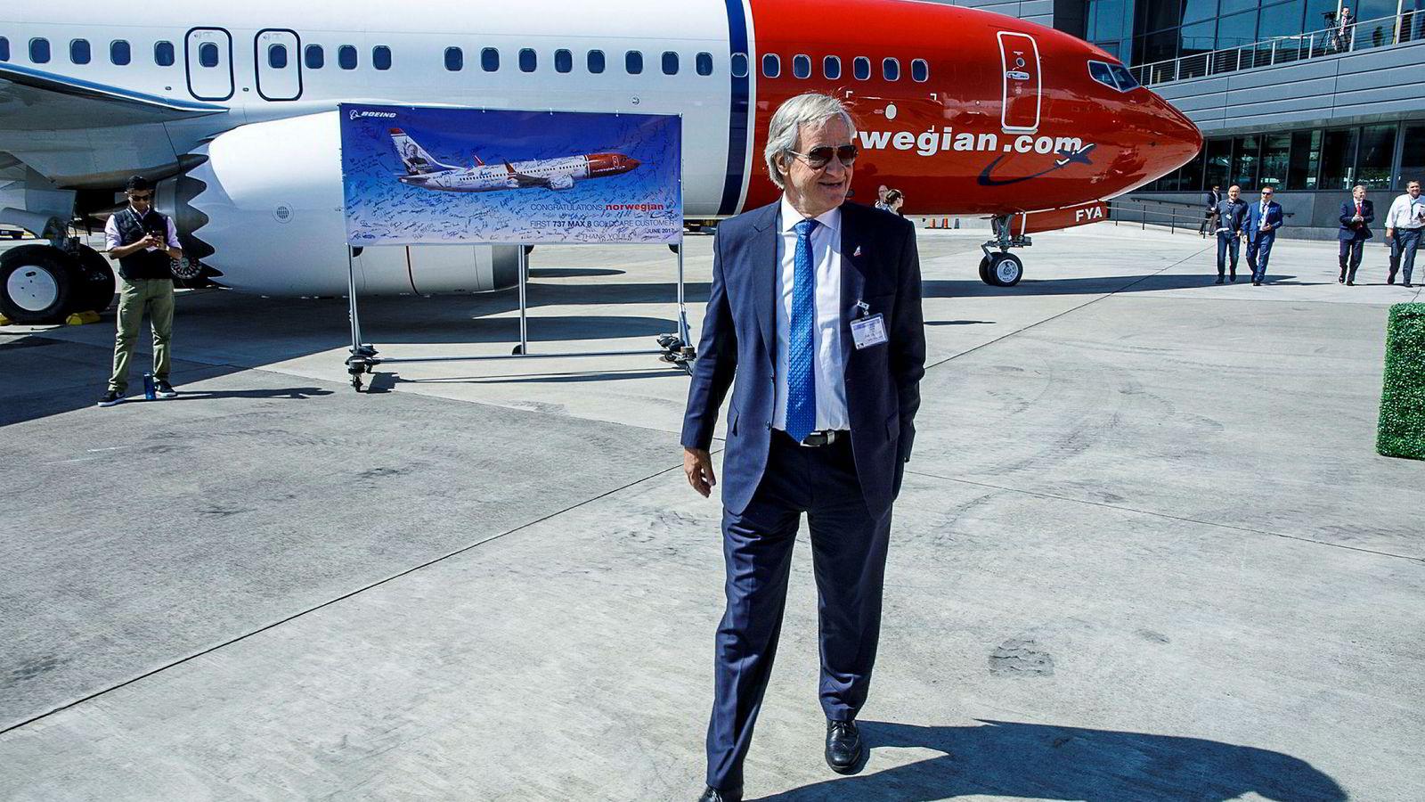 Norwegian-sjef Bjørn Kjos foran selskapets første Max-maskin ved Boeing Delivery Center i Seattle.