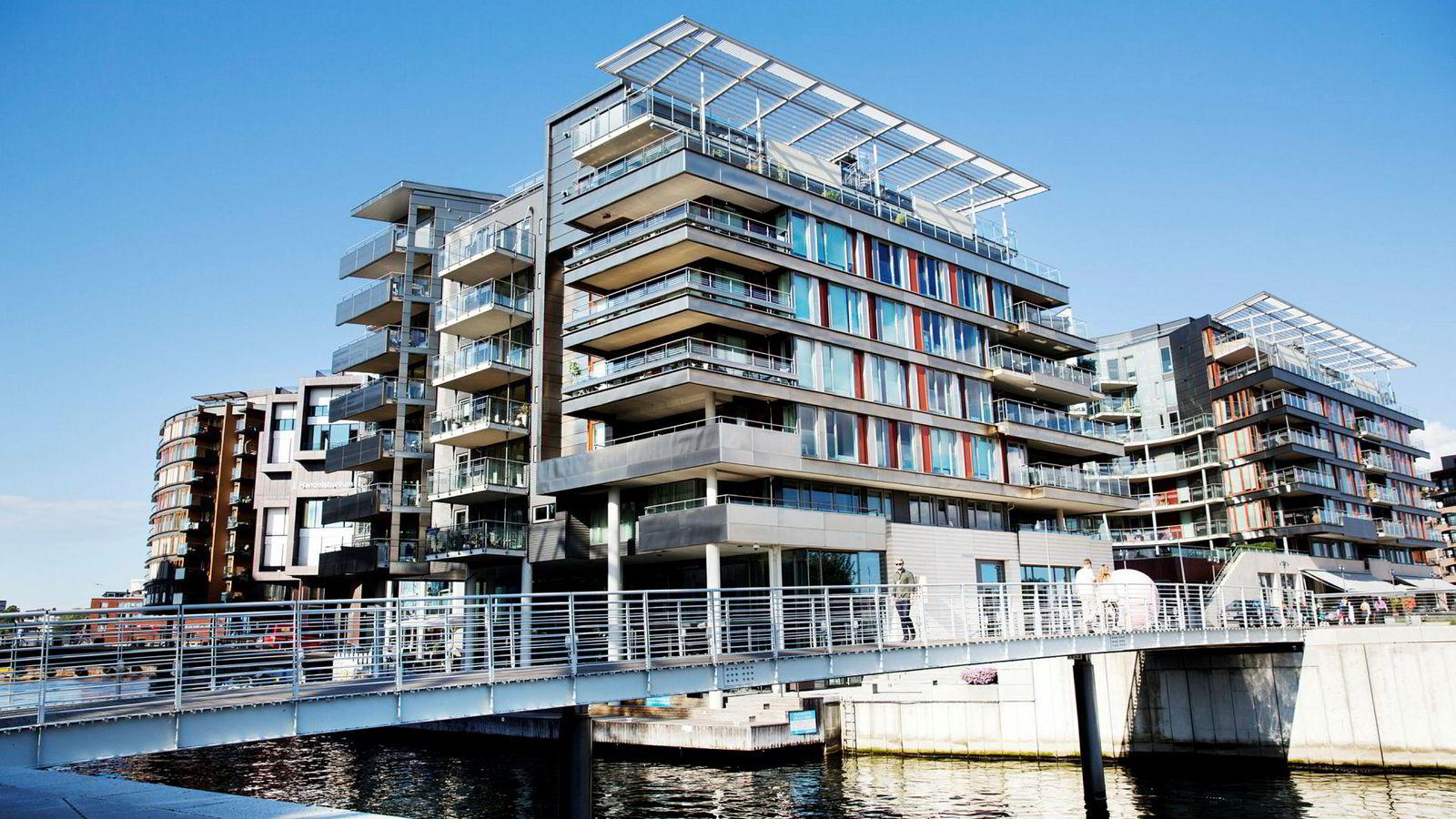 I 2009 kjøpte Einar Aas to toppleiligheter i Strandpromenaden 5 på Tjuvholmen i Oslo for til sammen 41,7 millioner kroner.