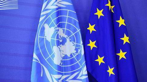 Mye har skjedd i internasjonalt samarbeid i etterkrigstiden. Antallet organisasjoner har økt, dagsorden for samarbeidet er utvidet, og internasjonale organisasjoners legitimitet og makt er styrket, skriver artikkelforfatteren. Her flaggene til FN og EU.