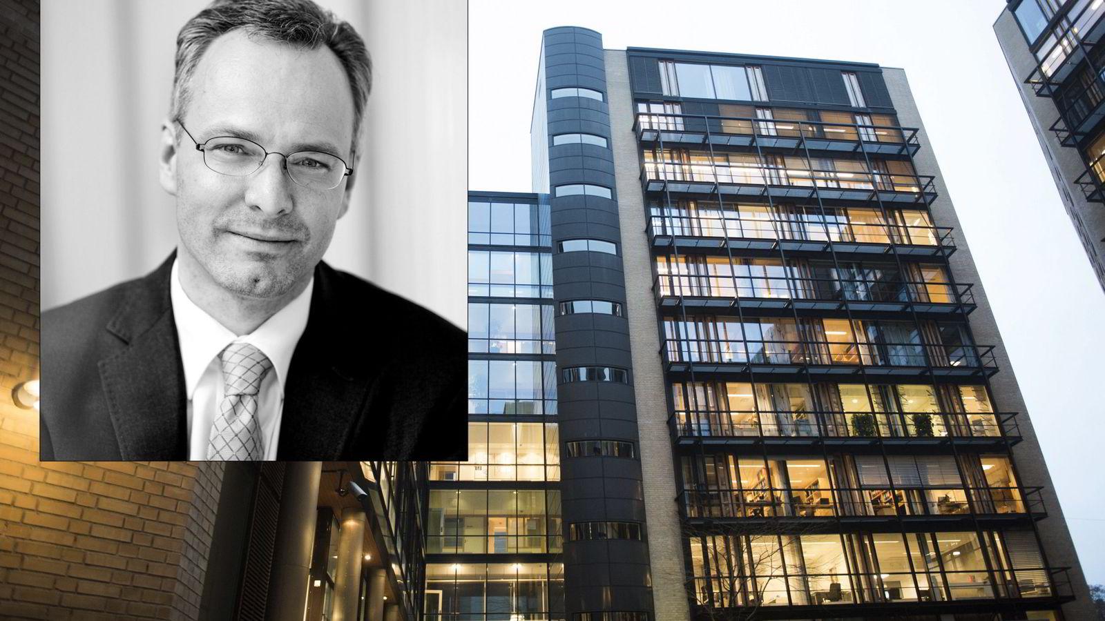 Advokat Nicolai V. Skjerdal (innfelt) forvarer Stein Harald Schie. FOTO: Per Ståle Bugjerde