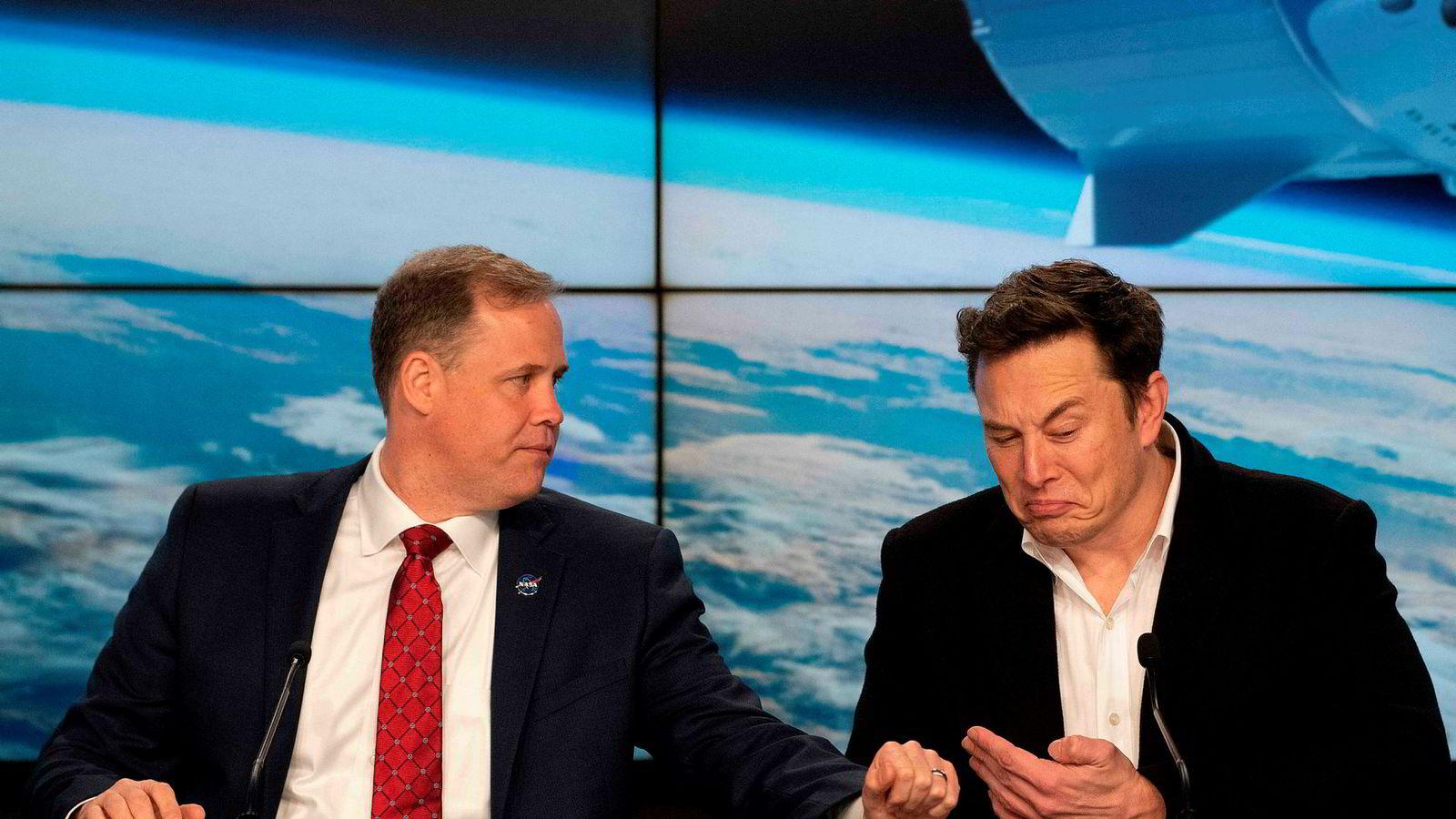 NASA-toppsjef Jim Bridenstine (t.v.) og Tesla-gründer og SpaceX-sjef Elon Musk på en pressekonferanse etter oppskytingen av en ubemannet Crew Dragon i mars.