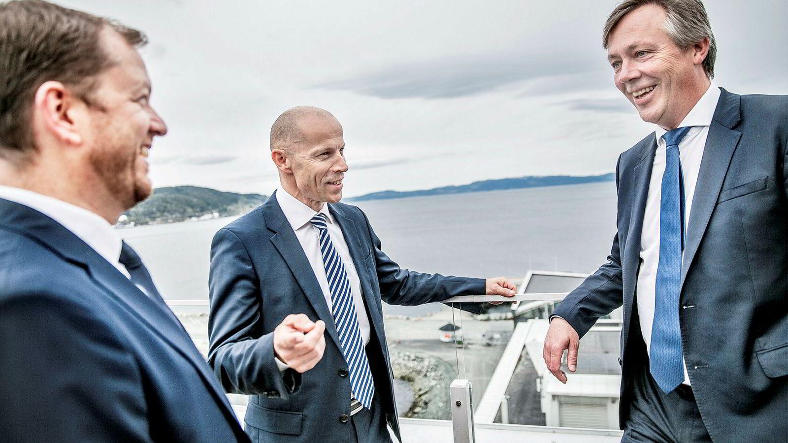Administrerende direktør Charles Høstlund (midten), i Norway Royal Salmon, finansdirektør, Klaus Hatlebrekke (til venstre) og Anders Straumsheim (Fosen Yard) forteller hvem som skal bygge selskapets store nye havmerder.