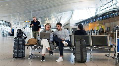 Monika Bruun Skjeldam og Bent Skjeldam skulle mandag fly fra Trondheim lufthavn på bryllupsferie til Kypros, men fikk ikke gå om bord på et chartret SAS-fly med billett fra Ving. I stedet kjøpte de ny billett med Norwegian, og Bent Skjeldam prøver å nå Ving på mobiltelefonen.