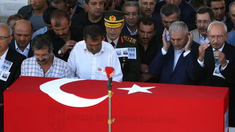Tyrkias president Recep Tayyip Erdogan ba foran kisten til en politimann som døde i det mislykkede kuppforsøket fredag. Foto: Hussein Malla/AP/NTB Scanpix