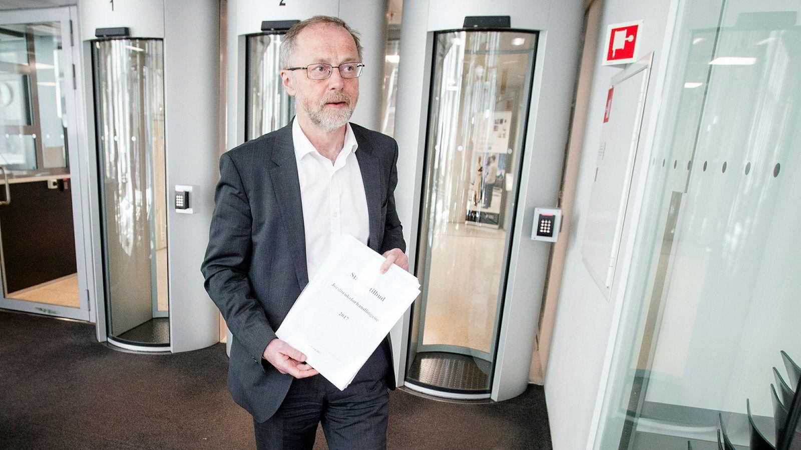 Departementsråd Leif Forsell er ifølge Nationen og Bondebladet mektigere enn sjefen sin.