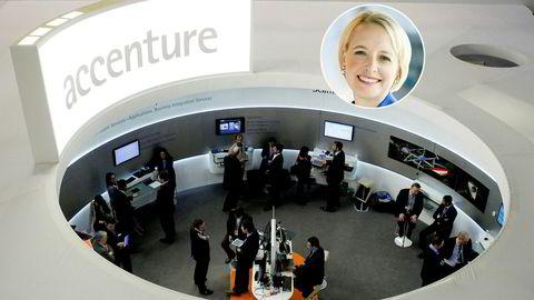 Julie Sweet (innfelt) er ny konsernsjef i Accenture. Her fra Accentures stand på den årlige teknologimessen i Barcelona, 2013.